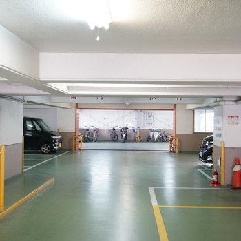 共用部】駐車場は屋内で雨の日も安心。