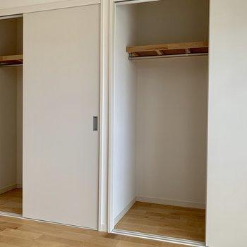寝室】収納は引き戸タイプにクローゼットに。これが横並びで2つあり!