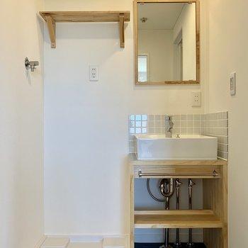 脱衣所には造作の洗面台と洗濯パンで、ゆったり空間