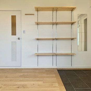 玄関にはシューズボックスではなく可動棚が設置されてます、見せる収納!