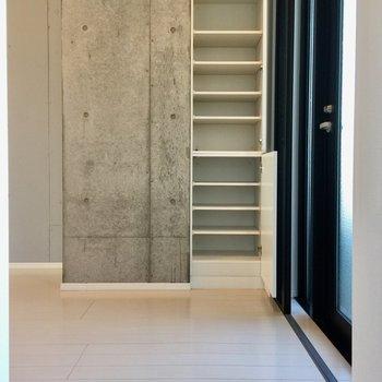 玄関収納、1人分にぴったりですね。※写真は3階の同間取り別部屋のものです