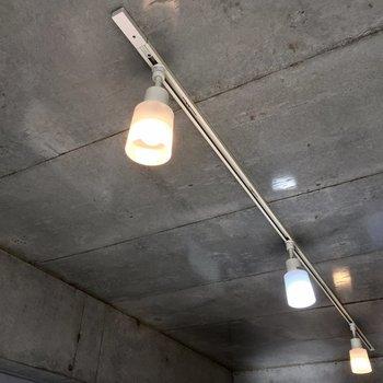 コンクリートにこのライト。かっこよすぎます。※写真は3階の同間取り別部屋のものです