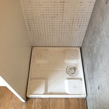 洗面台の右手には洗濯機置場。※写真はクリーニング前のものです※写真は1階の反転間取り別部屋のものです