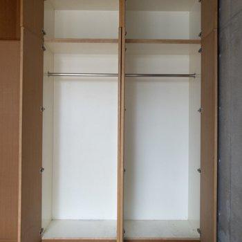 【洋室】2人分の衣類が入ります。※写真はクリーニング前のものです※写真は1階の反転間取り別部屋のものです