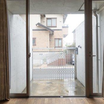【洋室】窓が大きくて開放的。※写真はクリーニング前のものです※写真は1階の反転間取り別部屋のものです