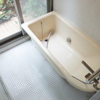 開放的な浴室です。※写真はクリーニング前のものです※写真は1階の反転間取り別部屋のものです