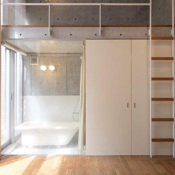 【LDK】スケスケの浴室が特徴的。※写真はクリーニング前のものです※写真は1階の反転間取り別部屋のものです