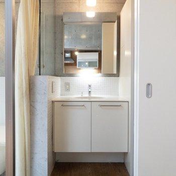 スタイリッシュで清潔感のある脱衣所。※写真はクリーニング前のものです※写真は1階の反転間取り別部屋のものです