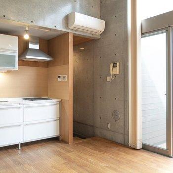 【LDK】TVモニタ付ドアホンがあって安心!※写真はクリーニング前のものです※写真は1階の反転間取り別部屋のものです
