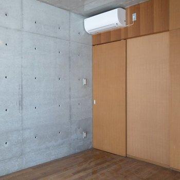 【洋室】ピーコンフックを取り付けることができます!※写真はクリーニング前のものです※写真は1階の反転間取り別部屋のものです