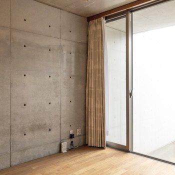【洋室】ダブルベッドが入る広さ。※写真はクリーニング前のものです※写真は1階の反転間取り別部屋のものです
