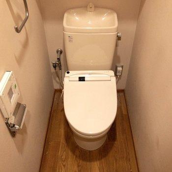 温水洗浄便座付き。※写真はクリーニング前のものです※写真は1階の反転間取り別部屋のものです