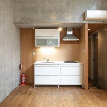 【LDK】白色の冷蔵庫がキッチンに似合いそう。※写真はクリーニング前のものです※写真は1階の反転間取り別部屋のものです