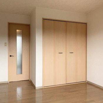 光を取り込むドアを開けて廊下へと。