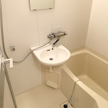 洗面台はお風呂と一緒ですが、お湯で顔が洗えますよ。