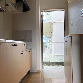 キッチンも建具と同じベージュ色で統一感があります。