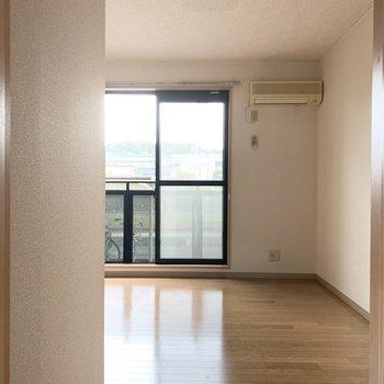 お部屋のドアを開けると明るい光が。