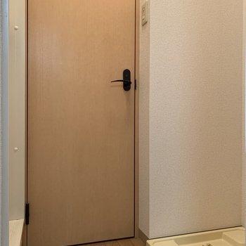 脱衣スペースには扉がないので、突っ張り棒でカーテンを取り付けてみては。