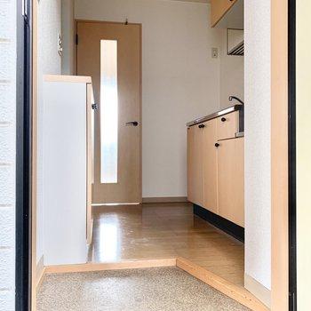 玄関もナチュラルベージュできれいですね。