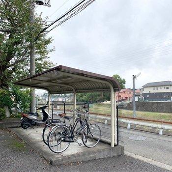 目の前にもしっかり屋根付きの駐輪場があります。