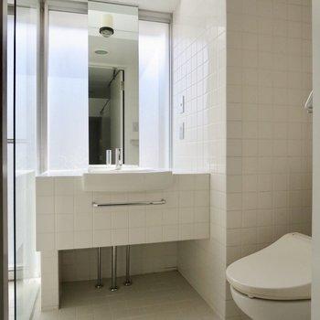 続いてサニタリースペースへ、洗面台も白で統一されています