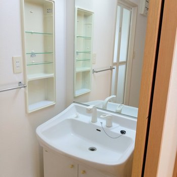 独立洗面台!鏡が大きくていいな〜!