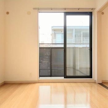 LDK横の洋室は6帖。窓が大きく天井も高いのでもっと広く感じます。