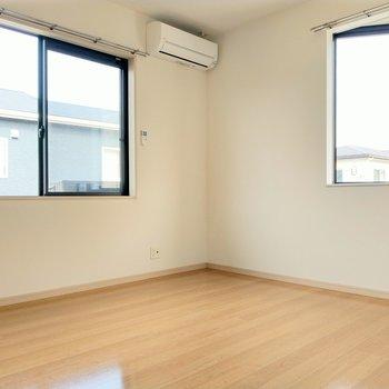 玄関正面の洋室も2面窓で広々!エアコン付き◎