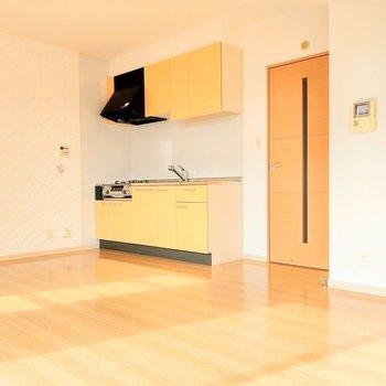 レモンイエローがかわいいキッチン。ダイニングテーブルは壁付けがいいかな。