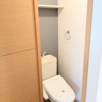 ウォシュレット付きの綺麗なトイレ。戸棚もうれしい。