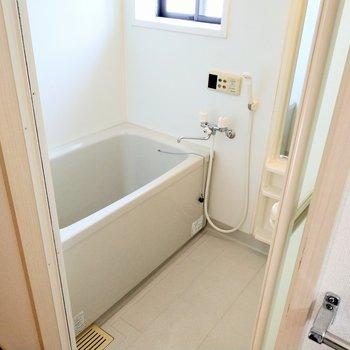 お風呂には窓付き。ひねるタイプの蛇口だけど給湯機能は付いてますよ!