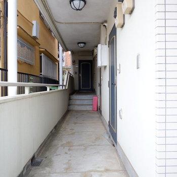 玄関前の廊下はシンプルに。エントランスから階段をひとつあがったところです。
