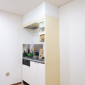 キッチンは上部に棚も設置されていますよ。※家具はサンプルです