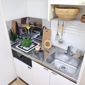 コンロは1つですが、調理スペースもあるのが嬉しい。※家具はサンプルです