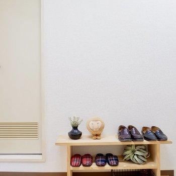 靴箱はないので、シューズラックをこんな風に設置してみてはいかが?※家具はサンプルです