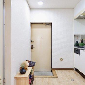 キッチンスペースは玄関とつながっています。※家具はサンプルです