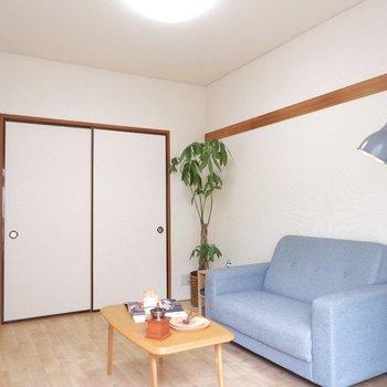 長押にお好きなCDや、Tシャツをインテリアがわりに飾るのも◎※家具はサンプルです