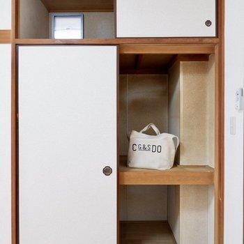 収納は大きめの押入れタイプ。ボックス収納で仕分けしやすくすると良さそうです。※家具はサンプルです