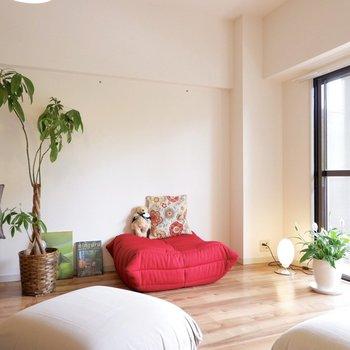赤のソファも程よいアクセントに。※家具はサンプルです