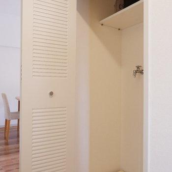 キッチン背面の扉は洗濯機置き場。※家具はサンプルです