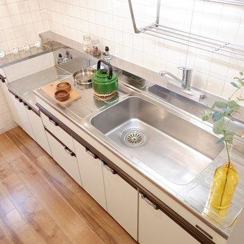 キッチン壁はタイル張りに。※家具はサンプルです