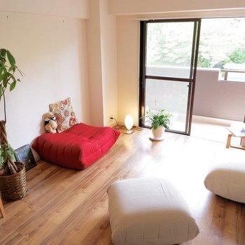 高さを抑えて開放的なリビングに。※家具はサンプルです