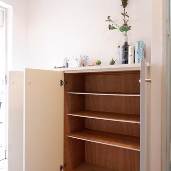 シューズボックスには傘置きもありました。※家具はサンプルです