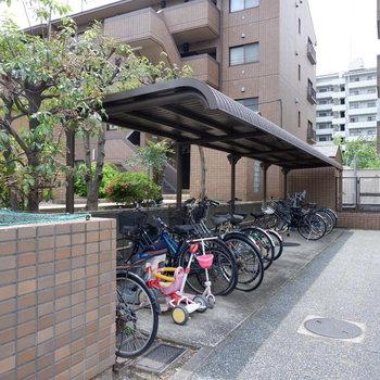 駐輪場は屋根付きで雨の日も安心。