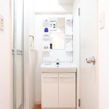 脱衣スペースに独立洗面台。横のスペースも物干しラックなどの格納に。※家具はサンプルです