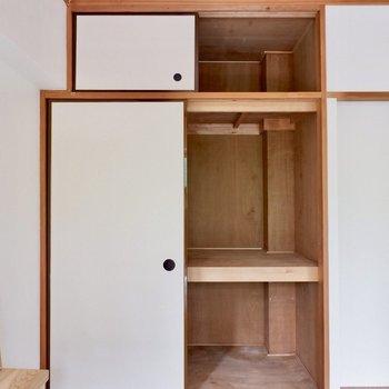 お布団の他、リビングで出た収納品もこちらに。※家具はサンプルです