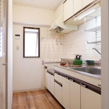 料理中の移動もしやすいキッチンです。※家具はサンプルです