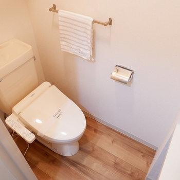 トイレにはストック棚が備え付け。※家具はサンプルです