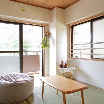 2面採光でお昼寝も心地よいですね。※家具はサンプルです