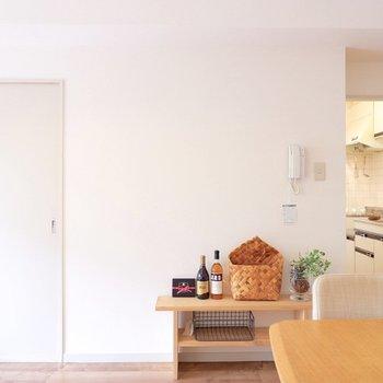 動線は確保しつつ、インターホン下も有効活用。※家具はサンプルです